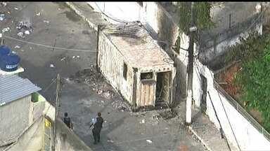 Moradores do Lins protestam contra polícia e ateam fogo em UPP - Moradores do Morro do Gamba atearam fogo em um conteiner da UPP, durante um protesto. Uma menina foi atingida dentro de casa por uma bala perdida. Moradores fizeram uma manifestaçãom contra a polícia