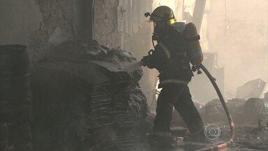 Incêndio atinge galpão no bairro Inconfidentes, em Contagem, na Grande BH - Segundo bombeiros, local é usado para armazenar borracha para pneus.