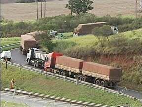 Caminhões tombam em alça de acesso da SP-280, em Tatuí - Dois caminhões tombaram nesta segunda-feira (24) na alça de acesso que liga a rodovia Castello (SP-280) à rodovia Antônio Romano Schincariol (SP127), em Tatuí (SP). Com os acidentes, o trecho ficou interditado. Ninguém ficou ferido.