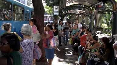 Motoristas e cobradores de ônibus entram em greve em Belo Horizonte - Passageiros enfrentaram fila para entrar nos poucos ônibus que circularam nesta segunda-feira (24). A paralisação atingiu 70% do transporte coletivo.