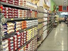Cai o consumo de arroz e feijão, aponta pesquisa - As famílias estão comendo menos arroz e feijão. A queda no consumo e a boa produtividade das lavouras em 2013 fizeram o preço do tradicional prato brasileiro cair. O levantamento foi feito pela Associação Paulista de Supermercados.