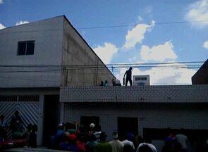 Homem tenta fugir de linchamento e danifica telhados de casas em Caruaru - Homem teria tentado assaltar mercadinho e os moradores o perseguiram. Ele chegou a se esconder em uma geladeira e a população o alcançou.