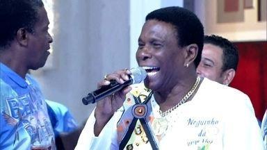 Neguinho da Beija-Flor canta o samba da escola de Nilópolis - Boni mostra samba no pé ao fim da música