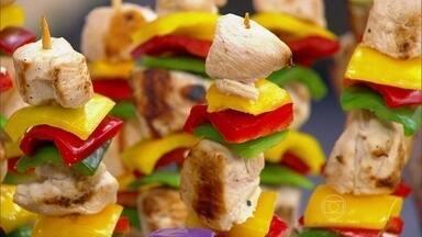Churrasco pode ser mais saudável - A gordura saturada da carne faz elevar o colesterol do sangue. Misturar legumes, frutas e carnes magras deixa o churrasco mais equilibrado.