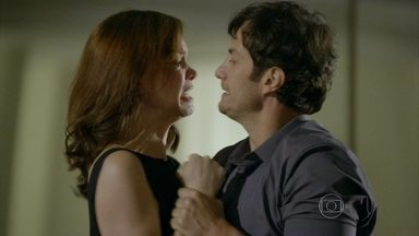 Em Família - Capítulo de Segunda-feira, 03/03/2014, na íntegra - Helena e Laerte são hostis um com o outro