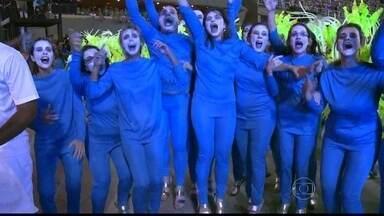 Ala Águas Vivas da Vila Isabel desfila sem fantasia - Os integrantes decidiram desfilar com alegria mesmo sem as fantasias.