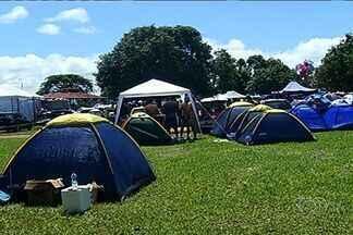 Barracas de camping se tornam palco de folia de carnaval em São Simão - O que não falta é animação nas moradias improvisadas para os cinco dias de festa.
