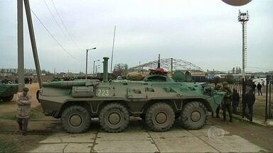 Potências ocidentais se mobilizam para evitar confronto armado entre Rússia e Ucrânia - O presidente Vladimir Putin ordenou o fim das manobras na fronteira com a Ucrânia, mas afirmou que eram apenas exercícios de rotina. Os EUA suspenderam os acordos de cooperação militar com a Rússia e ameaçam os acordos comerciais.