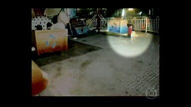 Criança de quatro anos fica ferida após acidente em um parque de diversões, em Araxá - O menino sofreu um traumatismo craniano depois de cair de um brinquedo. A queda foi gravada pelo pai.