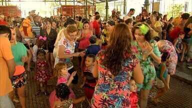 Crianças se divertem em baile infantil no Mercado dos Pinhões, em Fortaleza - Banda Só Alegria comandou o baile da garotada.
