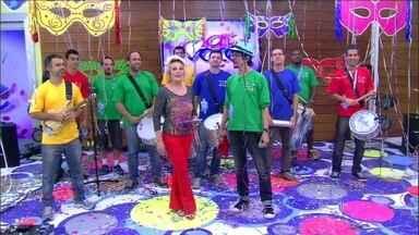 Monobloco invade a Casa de Cristal com sua batucada - Grupo puxa um dos maiores blocos de carnaval do Rio