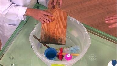 Saiba como higienizar corretamente objetos do dia a dia - O squeeze deve ficar com água dentro até a limpeza, com escovinhas adequadas. Os canudos, a tábua de madeira e a colher de pau podem ser higienizados com uma solução de água sanitária ou cloro.