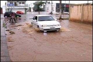 Chuva de 36 milímetros causa alagamento na cidade do Crato - Motoristas tiveram dificuldades para transitar nos pontos alagados.