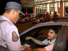 Polícia Militar faz operação da Lei Seca em Sorocaba - Policiais militares saíram às ruas para abordar os motoristas e orientar sobre os riscos de ingerir bebida alcoólica e dirigir.