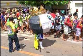 Confira o desfile do tradicional Bloco 'Cabeção' da cidade de Brejo Santo - Bloco reuniu centenas de participantes nas ruas do município.