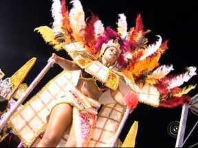 Segundo dia de desfiles recebe 12 mil pessoas em Jundiaí - Duas escolas de samba desfilaram em Jundiaí (SP) na noite de segunda-feira (3), no segundo dia de desfiles. Mais de 12 mil pessoas lotaram as arquibancadas e aprovaram a beleza das fantasias e alegorias.