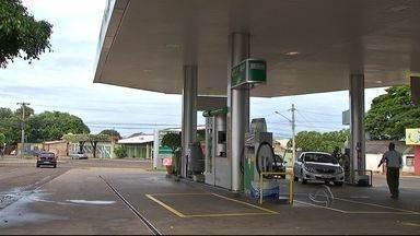 Homem é morto a tiros em posto de combustível em Campo Grande - A polícia investiga a morte de um homem na noite desta segunda-feira (3) em um posto de combustível de Campo Grande.