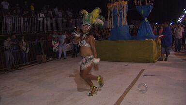 Desfiles do grupo de acesso atraem cinco mil pessoas em Campo Grande - Cinco mil pessoas foram até a praça do Papa em Campo Grande e assistiram ao primeiro dia de desfile das escolas de samba da cidade. Nesta noite, se apresentaram as agremiações do grupo de acesso.