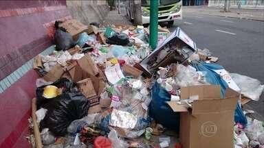 Imagens de lixo nas ruas choca moradores e turistas no Rio de Janeiro - A sujeira vem se acumulando desde sábado (01), quando parte dos garis iniciou uma paralisação. A prefeitura não sabe exatamente quantos funcionários deixaram de trabalhar.