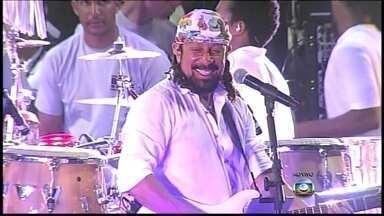 Multidão aproveita últimos momentos do carnaval em Salvador - Bel Marques, que se despediu da banda Chiclete com Banana, empolga a multidão de foliões em Salvador.