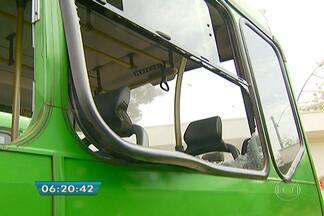 Catorze ônibus foram atacados por vândalos nesta terça (4) em Campinas - Trinta e cinco mil moradores estão com menos ônibus à disposição no transporte coletivo. Catorze ônibus de seis linhas foram atacados por vândalos nessa terça-feira de carnaval.