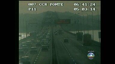 Tempo de travessia da Ponte Rio-Niterói é de 13 minutos - Movimento começa a ficar intenso na Ponte Rio-Niterói, mas não há registro de retenção. Quem está saindo da Região dos Lagos pode pegar a BR-101 ou a Via Lagos.