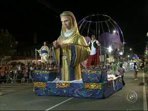 Desfile de duas escolas de samba encerra o carnaval em São Roque - O desfile de duas escolas de samba levou público de vários estilos para acompanhar a festa na avenida na noite desta terça-feira (4), em São Roque (SP).