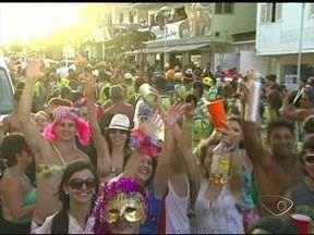 Carnaval em Iriri, ES, é animado por baterias, bandas e pelo som das caixas que vem das c - Praia de Iriri fica em Anchieta, no litoral Sul do estado.