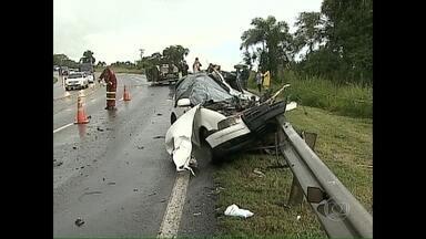 Grave acidente mata seis pessoas em Ponta Grossa (PR) - Um caminhão bateu em dois carros, que vinham no sentido oposto. Um dos veículos transportava pacientes que iam fazer tratamento em Curitiba. Nenhum deles sobreviveu. Uma criança, de 5 anos, que viajava no outro automóvel, também morreu.