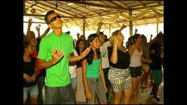 Jovens cristãos participam de retiro evangélico durante o Carnaval - Eles aproveitaram o feriado prolongado para se aproximar mais de Deus.