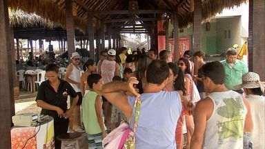 Praias de Fortaleza ficam lotadas no último dia de carnaval - Moradores da capital e turistas foram curtir o litoral fortalezense.