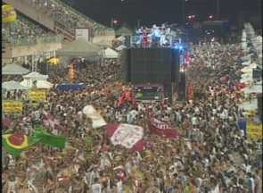 Carnaboi encerra folia em Manaus com público de 35 mil pessoas - Na última noite, nova atração 'Duelo de Toada' foi abandonada.Festa reuniu famílias ao som dos bumbás Garantido e Caprichoso.