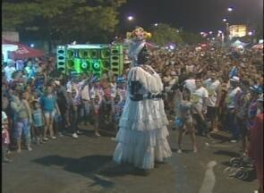 Carnaval de rua anima bairro na Zona Norte de Manaus - Evento teve a participação de grupos folclóricos e até de uma escola de samba.