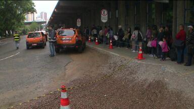 Volta do feriado com complicações e demora na rodoviária de Curitiba - Quem voltou de ônibus se deparou com uma rodoviária bem movimentada e com longas filas de espera de táxis.