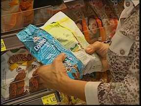 É preciso ficar de olho no açúcar dos alimentos - A maioria dos produtos industrializados contem açúcar e é importante ler os rótulos antes de comprar para poder comer sem medo e evitar sérias doenças.
