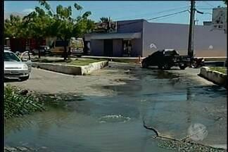 Cano quebrado preocupa moradores do bairro Pedro Raimundo em Petrolina - Segundo moradores, o vazamento acontece há mais de 15 dias.