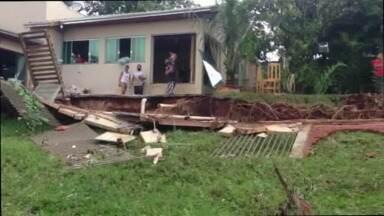 Um temporal provocou estragos em Santa Fé - Muros foram derrubados e casas ficaram algadas
