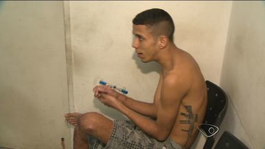 Jovem baleado durante tiroteio em Iriri, ES, é preso com arma em casa - Rapaz contou que foi atingido e passou a andar armado por segurança.Ele é suspeito de comandar o tráfico de drogas em um bairro de Vila Velha.
