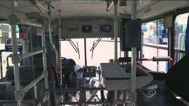 Ônibus são depredados e motorista fica ferido em Vila Velha, ES - Passageiros praticaram vandalismo nos coletivos após bloco de carnaval.Confusão começou na Barra do Jucu e seguiu até o Terminal de Itaparica.