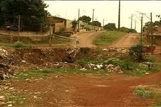 Casas correm risco de desabar por causa de cratera em Novo Gama - População alega que problema existe há 20 anos. No entanto, a situação nunca foi resolvida.