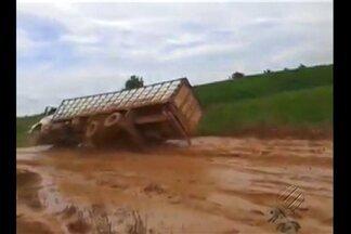 Caminhão tomba ao passar em alta velocidade pela Transamazônica - Fortes chuvas que atingem a região sudoeste do estado provocaram estragos na rodovia Transamazônica.