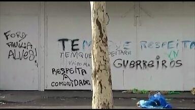 Manifestantes fazem protesto em frente à quadra da Unidos de Vila Isabel - A quadra da escola de samba foi pichada com frases pedindo respeito à comunidade. Manifestantes ainda jogaram lixo na pista para bloquear o trânsito na Boulevard 28 de Setembro, a principal via do bairro.