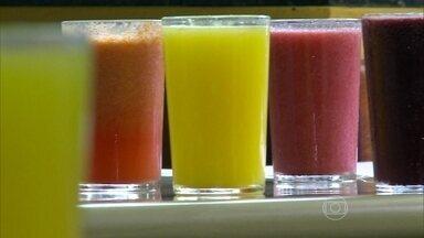 Sucos e sopas ajudam a hidratar o corpo - Um cardápio especial foi organizado para a Nilza. Como ela quase não bebe água, o objetivo é ingerir alimentos ricos em líquido. como sucos, sopas e frutas.