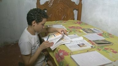 De origem humilde, jovem estuda medicina para ajudar famílias no AM - A estudante decidiu se dedicar à faculdade de medicina para ajudar pessoas na Zona Rural de Manaus, onde mora.