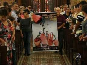 Missa e cerimônia solene abrem a Campanha da Fraternidade 2014 em Jundiaí - Combate ao tráfico de pessoas foi o tema escolhido pela Conferência Nacional dos Bispos do Brasil (CNBB) para a campanha deste ano. Em Jundiaí, centenas de fiéis estiveram na celebração.