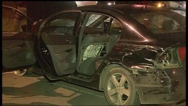 Dois assaltantes são presos após perseguição policial no Sudoeste - Dois assaltantes foram presos após uma perseguição policial na noite de quarta-feira (5), no Sudoeste. Eles estavam em um carro roubado e assaltavam pedestres no Cruzeiro.