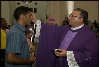 Catedral de Fortaleza recebe missa que marca o início da Quaresma - Missa foi realizada na noite desta quarta-feira 5.
