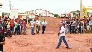 Operários entram em greve no Ceará - Cerca de 500 operários que trabalham na obra de transposição do rio São Francisco entraram em greve, no Ceará. Os trabalhadores reclamam de atraso nos salários e pedem melhores condições de saúde e alimentação.