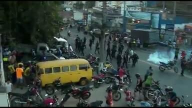Protesto termina em confusão no Complexo do Alemão (RJ) - Segundo o comando da UPP, um homem que participava do protesto disparou para o alto e fugiu. Após a confusão, bandidos atiraram contra uma equipe de policiais na favela Nova Brasília e o teleférico precisou ser fechado por segurança.