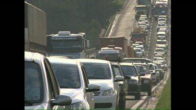 Pane na rede elétrica deixa tráfego confuso na BR 369 - Uma fila de carros se formou na rodovia entre Londrina e Ibiporã. Durante a manhã dois motos se envolveram em um acidente.